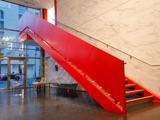 Escalier Monumetal Havas Paris: Bureaux de style  par METALLERIE SCHAFFNER