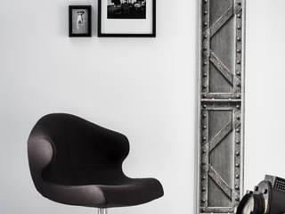 Trompe l'oeil KOZIEL : Papier-peint poutre métallique à treillis acier brossé:  de style  par KOZIEL.fr