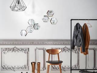 Trompe l'oeil KOZIEL : Papier-peint moulures romantiques grises et papier-peint soubassement Haussmann blanc grisé:  de style  par KOZIEL.fr