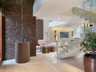 Pasillos, vestíbulos y escaleras de estilo moderno de Arquitetura e Interior Moderno