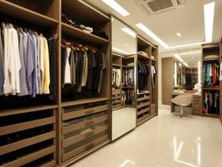 Modern dressing room by Arquitetura e Interior Modern