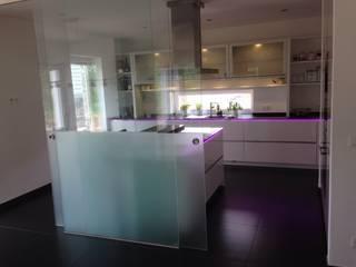 LED Lichterspiele in der gesamten Küche einzelnd schaltbar.: moderne Küche von Küchen und Hausgeräte Ellermann