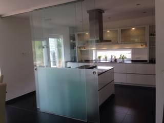 Weiß Hochglanz Grifflose Küche in Lack / Oberschränke Milchglas innen und unterbeleuchtung: moderne Küche von Küchen und Hausgeräte Ellermann