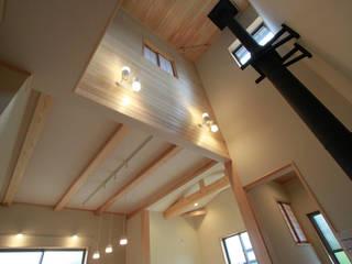 Коридор, прихожая и лестница в эклектичном стиле от 鈴木住建 Эклектичный
