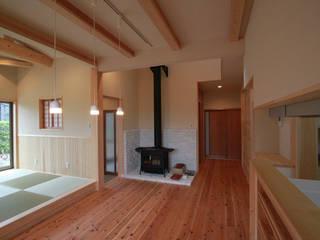 Столовая комната в эклектичном стиле от 鈴木住建 Эклектичный
