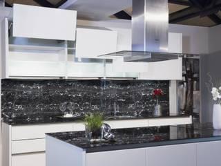 Die schwarz-weiß marmorierte Arbeitsplatte ist ein absoluter Eye-catcher: moderne Küche von Johann Hölzle GmbH & Co. KG