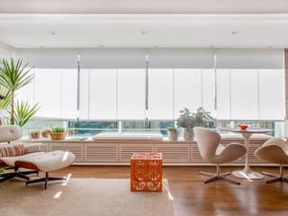 Salones minimalistas de Helô Marques Associados Minimalista