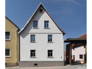 Straßenfassade (nachher):   von architektur WEIDE