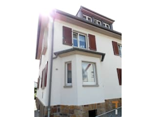Straßenfassade/Erker und freigelegter Natursteinsockel (nachher): klassische Häuser von architektur WEIDE