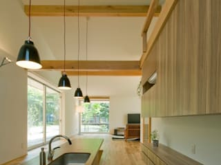 チ-クの1枚板で出来たキッチンと食卓 モダンな キッチン の IBC DESIGN モダン