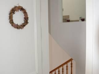Casa Victor & MªJosé Pasillos, vestíbulos y escaleras de estilo moderno de Mireia Cid Moderno