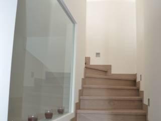 Casa Victor & MªJosé: Pasillos y vestíbulos de estilo  de Mireia Cid