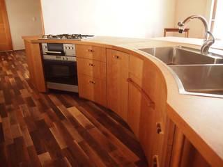 扇形の木のキッチン: 家具工房旅する木が手掛けたです。