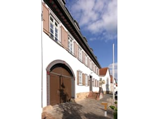 Straßenfassade mit neuem Hoftor:  Häuser von architektur WEIDE
