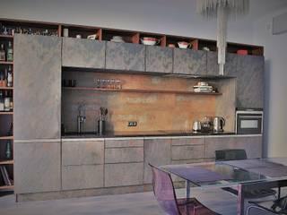 Нескучный серый: Кухни в . Автор – PichuginaDesign