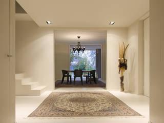Minimalist corridor, hallway & stairs by luogo comune Minimalist