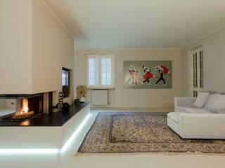 spazio: Soggiorno in stile in stile Minimalista di luogo comune
