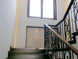 Couloir, entrée, escaliers modernes par Hiba iç mimarik Moderne