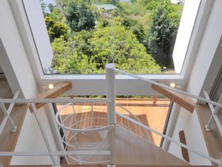 大窓: ディアーキテクト設計事務所が手掛けた廊下 & 玄関です。,