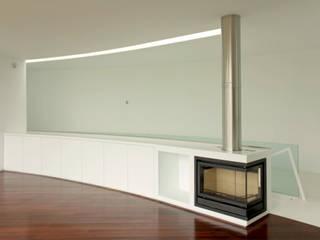 Casa II: Salas de estar  por A. BURMESTER ARQUITECTOS,Moderno