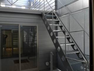 木造3階バリアフリー住宅: 桑原建築設計室が手掛けた庭です。,