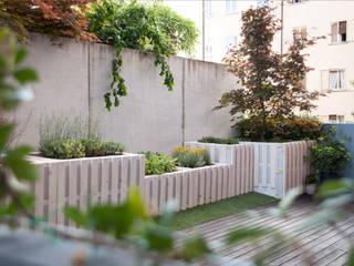 Pallet terrace Balcone, Veranda & Terrazza in stile rustico di exTerra | consulenze ambientali e design nel verde Rustico