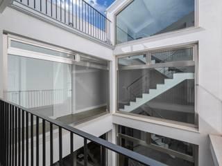 Casa Trinidad Pasillos, vestíbulos y escaleras de estilo moderno de LLIBERÓS SALVADOR Arquitectos Moderno