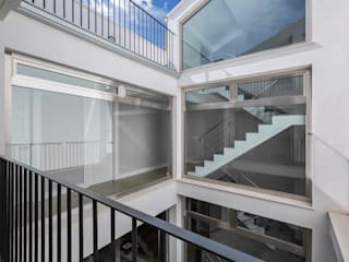 Modern Corridor, Hallway and Staircase by LLIBERÓS SALVADOR Arquitectos Modern