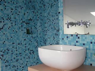 Recupero abitativo di un sottotetto: Bagno in stile in stile Moderno di Studio d'Architettura 'Leptis Magna'