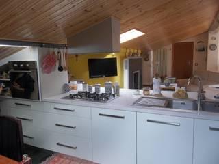 Recupero abitativo di un sottotetto  : Cucina in stile in stile Moderno di Studio d'Architettura 'Leptis Magna'