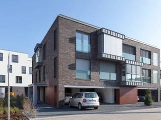 Blick von Westen, mit PKW-Stellplätzen: moderne Häuser von HARTWIG BÖSS Architekt
