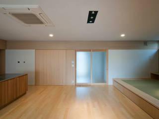 Living room by 家山真建築研究室 Makoto Ieyama Architect Office, Modern