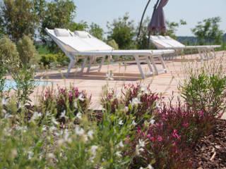 Un giardino per piccoli passi: Piscina in stile  di exTerra | Consulenze ambientali e Design nel verde