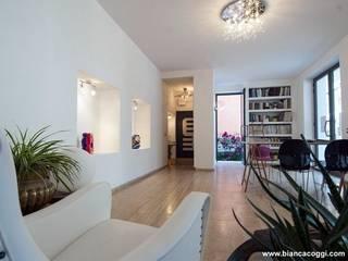 Open space : Soggiorno in stile in stile Mediterraneo di Bianca Coggi Architetto