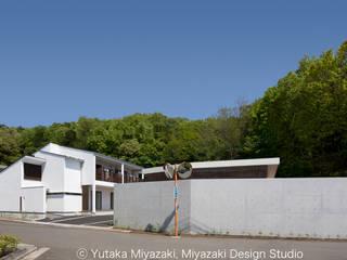 渡り廊下と屋根上デッキの家 モダンな 家 の 宮崎豊・MDS建築研究所 モダン