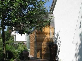 Straßenfassade mit Anbau:  Häuser von RiekeGüntscheArchitekten BDA