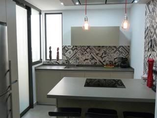 RENOVA INTERIORS 現代廚房設計點子、靈感&圖片