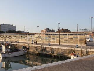 Pescheria del Porto di Senigallia: Spazi commerciali in stile  di cpiua ceccarelli associati