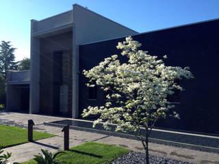 Un giardino moderno a Treviso. Giardino minimalista di ESTERNIDAUTORE Minimalista