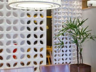 Comedores de estilo tropical de Kube Arquitetura Tropical