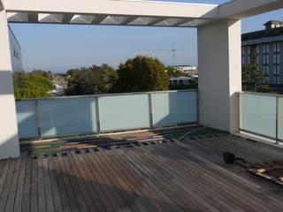 Un attico a Jesolo. Balcone, Veranda & Terrazza in stile minimalista di ESTERNIDAUTORE Minimalista