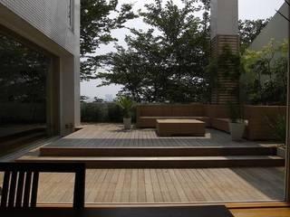緑と光あふれる高級リフォーム(東京 世田谷): Style is Still Living ,inc.が手掛けたテラス・ベランダです。