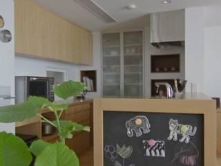 明るいLDKは、自然素材に包まれて: Style is Still Living ,inc.が手掛けたキッチンです。