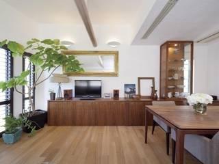 Ruang Keluarga oleh Style is Still Living ,inc., Eklektik