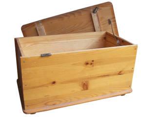 Un coffre en bois ayant subi le passage du temps:  de style  par Tha Sanda