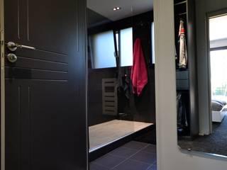 Ré-agencement d'une salle de bains total Rock!! Dressing moderne par Emmanuelle Meuric * SOS Design architecture Moderne