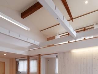 Living room by studio juna, Eclectic
