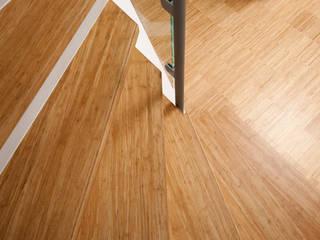 Pasillos, vestíbulos y escaleras modernos de Bambus Komfort Parkett Moderno