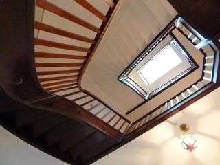 Haus F Klassischer Flur, Diele & Treppenhaus von waldorfplan architekten Klassisch