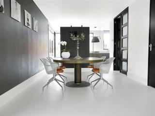 Witte gietvloer in woning:  Eetkamer door Motion Gietvloeren, Modern